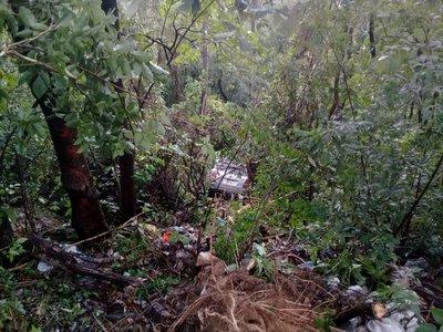 Camioneta cae al precipicio en el cerro Caacupé