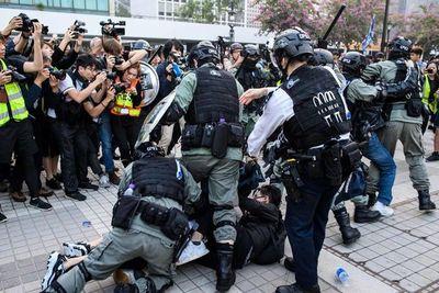 Policía irrumpe en protesta en Hong Kong a favor de uigures de China