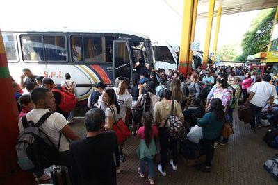 Terminal de Asunción abarrotada de gente que desea viajar