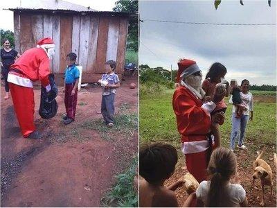 Policía se viste de Papá Noel para entregar regalos a niños humildes