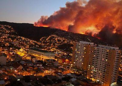 Alerta roja y medio centenar de viviendas afectadas por incendio en Chile