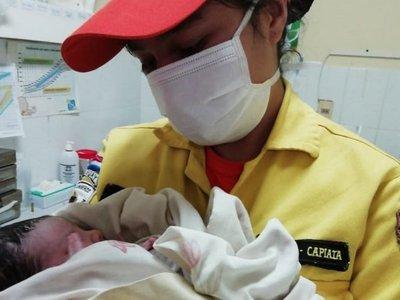 Mujer da a luz al iniciar la Navidad y bomberos piden donaciones