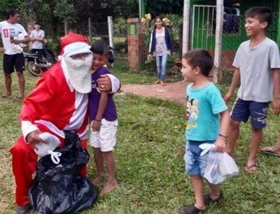 Suboficial se viste de Papá Noel y entrega regalos