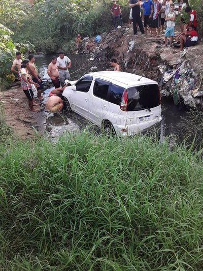 Furgoneta cayó en un arroyo en Trinidad