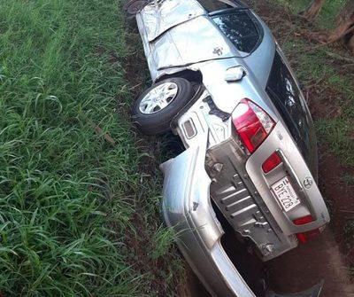 Automóvil cae a cuneta