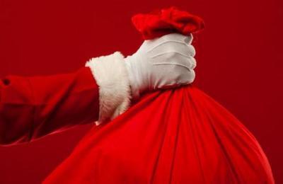 Hombre disfrazado de Santa Claus roba un banco y reparte el dinero en la calle