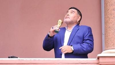 HOY / Con saco y en short, Diego   Maradona en la Casa Rosada  con el nuevo presidente