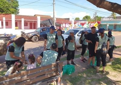 Jóvenes voluntarios extranjeros limpian calles de Concepción
