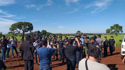 Tensión durante invasión en predio de FF.AA.: militares agreden a periodista