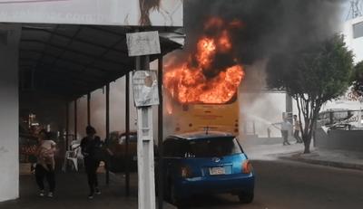Bus arde en centro de Ñemby