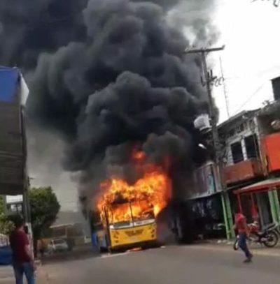 Ómnibus es consumido por las llamas en centro de Ñemby