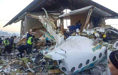 Avión se estrella y deja 12 muertos