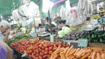 Variedades de productos y precios en el mercado nro 4 para adelantar las compras de año nuevo.