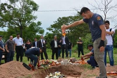 Ministerio de Justicia destruyó bebidas alcohólicas incautadas en Tacumbú