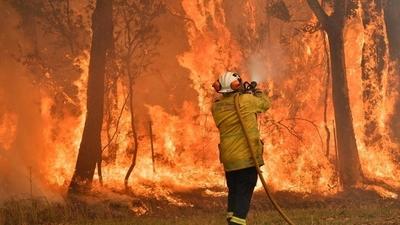 Evacuan a miles de personas en Australia por incendios forestales