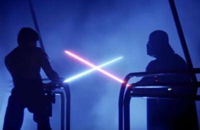 Fanático de Star Wars construye su propio sable de luz capaz de cortar objetos