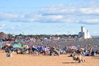 Bañistas coparon playas encarnacenas en el primer día del año