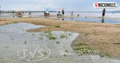 Pese a alta contaminación, muchos se lanzan a aguas del lago Ypacaraí