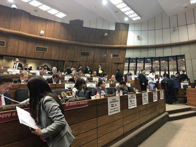 Guerra de calcomanías en Diputados por apoyo a Marito y al Juicio Político