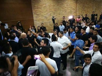 Movimiento opositor es acusado de iniciar los incidentes en Derecho UNA