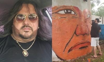 Raimundo Fernández y un mural dedicado a los nativos