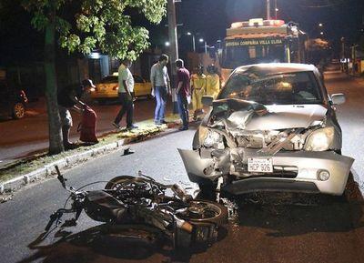 Jóvenes abandonan su coche luego de chocar