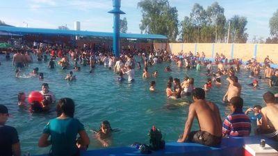 Piscinas con concentración masiva de bañistas son focos de infección, advierten