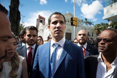 Guaidó lidera sesión con parlamentarios opositores en sede de periódico