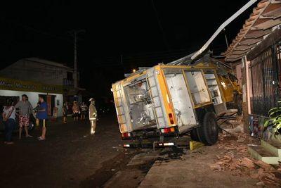 Móvil de bomberos perdió el control y chocó contra edificación en Luque