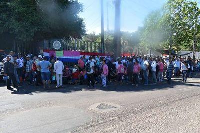 Sancosmeños se manifiestan frente a la EBY en Ayolas