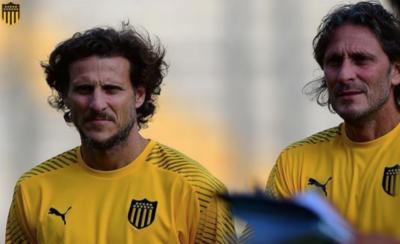HOY / Diego Forlán dirige su primer entrenamiento en Peñarol