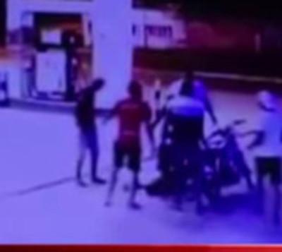 Joven muere de una estocada en una estación de servicio