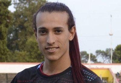 Delantera trans ficha por un club de fútbol femenino