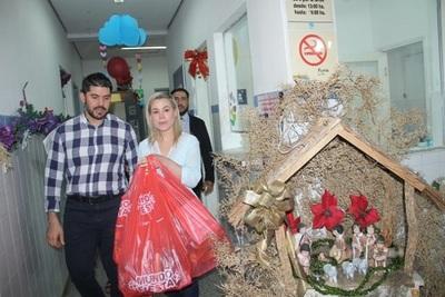 Lizarella y Nenecho repartieron juguetes en los hospitales