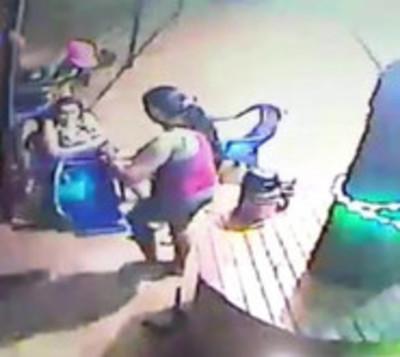 Ni en tu casa estás seguro: Motochorros asaltan a dos mujeres