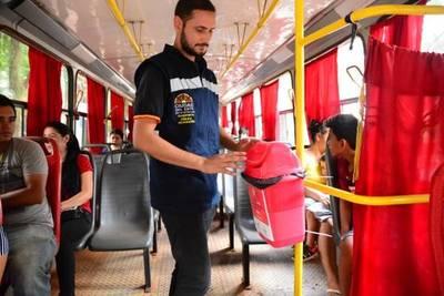 Instalan basureros en buses para evitar que usuarios arrojen basura por las ventanillas