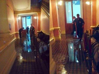 Pasillo de Palacio de Gobierno se inundó con la lluvia