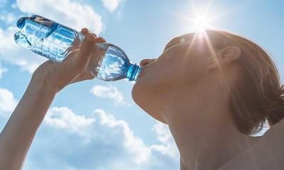 No espere a tener sed para beber agua