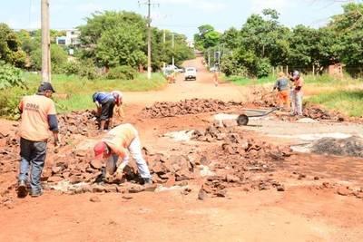 Continúan con plan de mejoras en los barrios de CDE con obreros de la Municipalidad