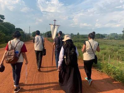 Más de 100 misioneros católicos de Alto Paraná recorren las calles de Villarica llevando el Evangelio