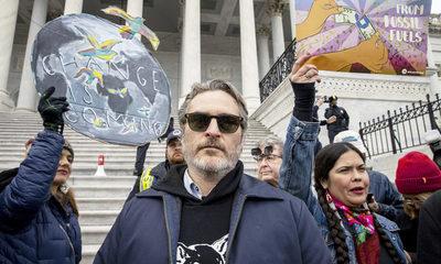 Arrestan a Joaquin Phoenix durante una protesta medioambiental