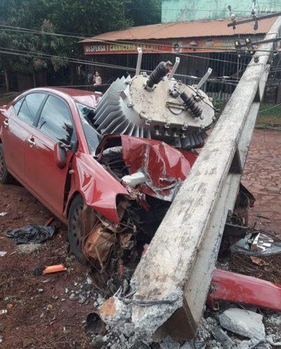 Conductor se salva de milagro tras chocar contra columna de ANDE