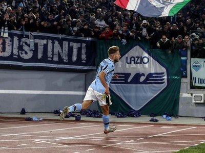 Un grave fallo de Ospina hunde al Nápoles y prolonga el vuelo del Lazio