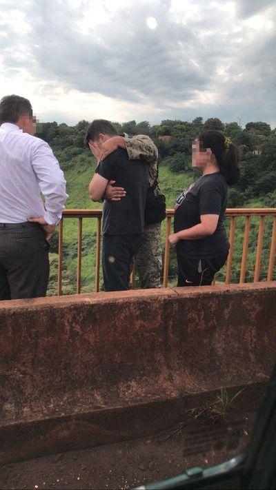 Agente de GEO evitó que joven se tire de un puente en Alto Paraná