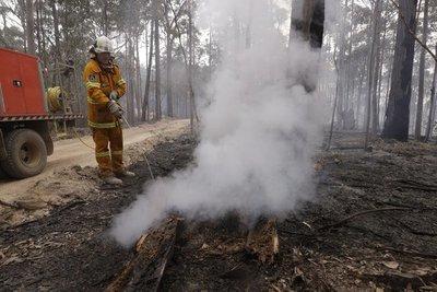 Bomberos en Australia pasan a la ofensiva contra incendios