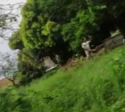 Llegó con su camioneta cargada de basura y lanzó a terreno