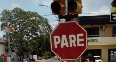 Ponen carteles de advertencia en semáforos