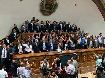 Sancionan a Luis Parra y a otros seis diputados venezolanos por intentar tomar la Asamblea Nacional