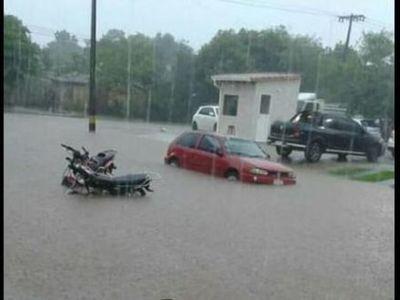 Torrencial lluvia causó inundaciones en Coronel Oviedo