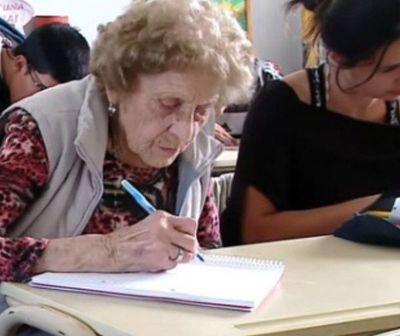 Mujer de 99 años regresó a la escuela